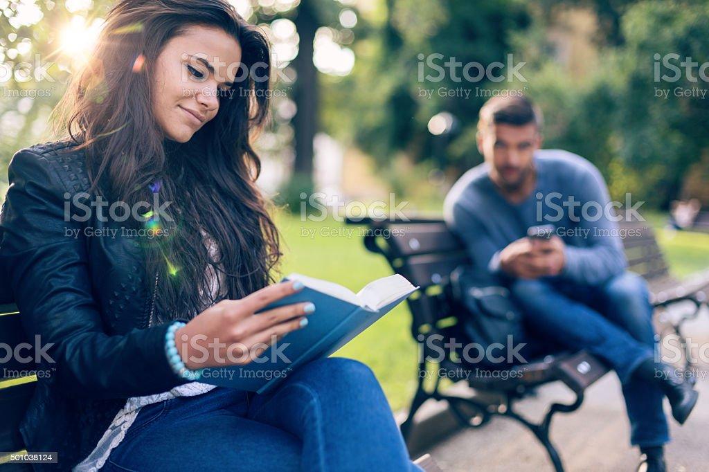 Homme à la recherche avec la curiosité de fille dans le parc - Photo