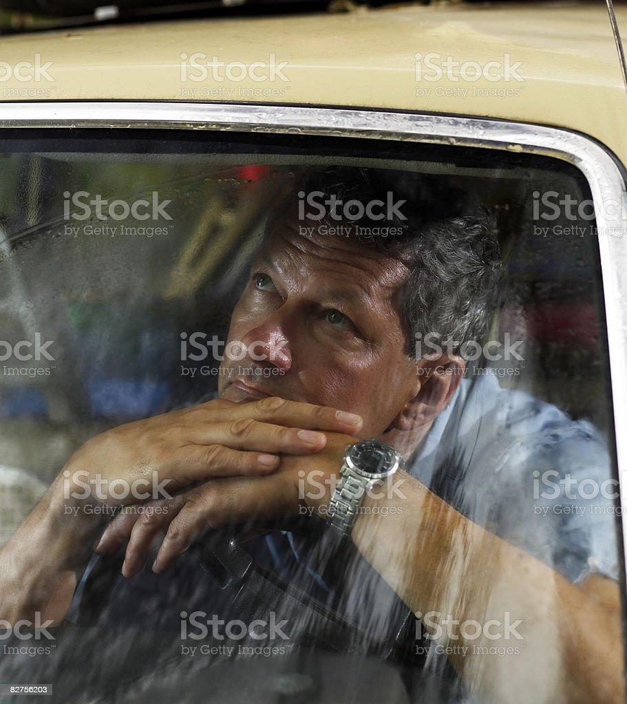Mężczyzna wygląda przez okno samochodu zbiór zdjęć royalty-free