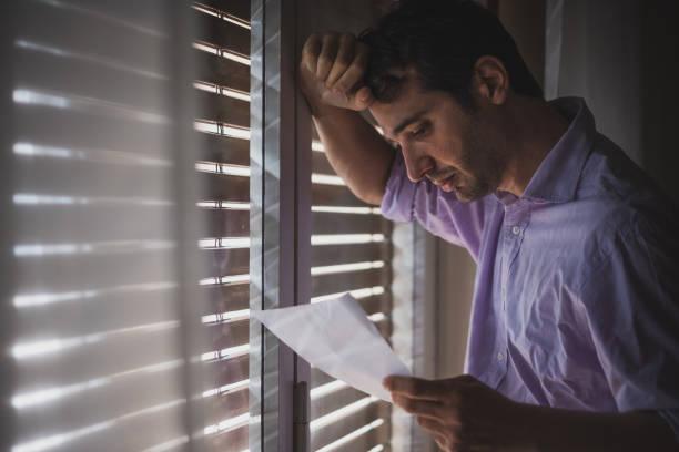 Mann verloren und deprimiert Lesung schlechte Nachrichten – Foto