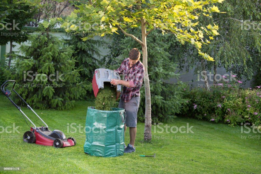 Mann Pflege Rasen im Garten – Foto
