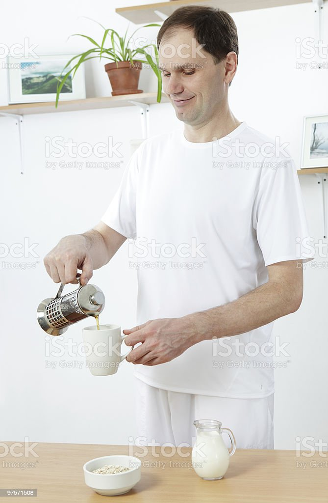 Homme faisant le petit déjeuner photo libre de droits