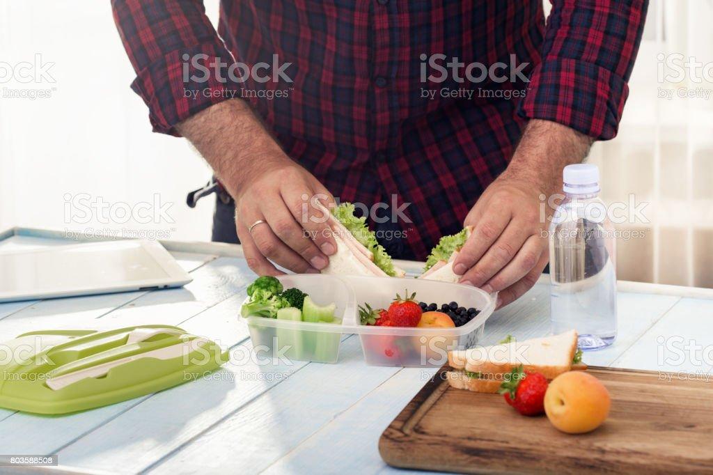 Mann macht Schule gesundes Mittagessen am Morgen - Lizenzfrei Abnehmen Stock-Foto