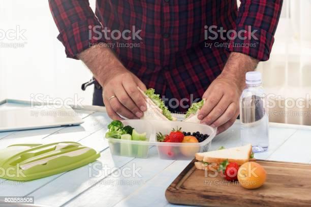 Mann Macht Schule Gesundes Mittagessen Am Morgen Stockfoto und mehr Bilder von Brotdose