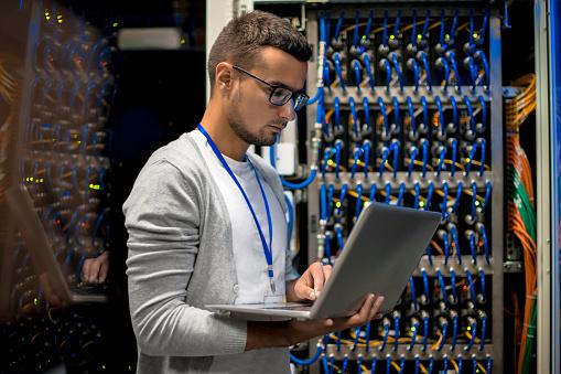 Manngeschäftsführer Supercomputerservern Stockfoto und mehr Bilder von Analysieren