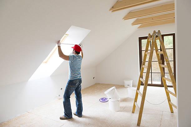 mann messen wände - fenster einbauen stock-fotos und bilder