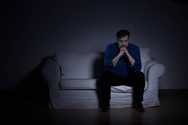 mann mental bestürzt nach begräbnis - trauer abschied tod stock-fotos und bilder