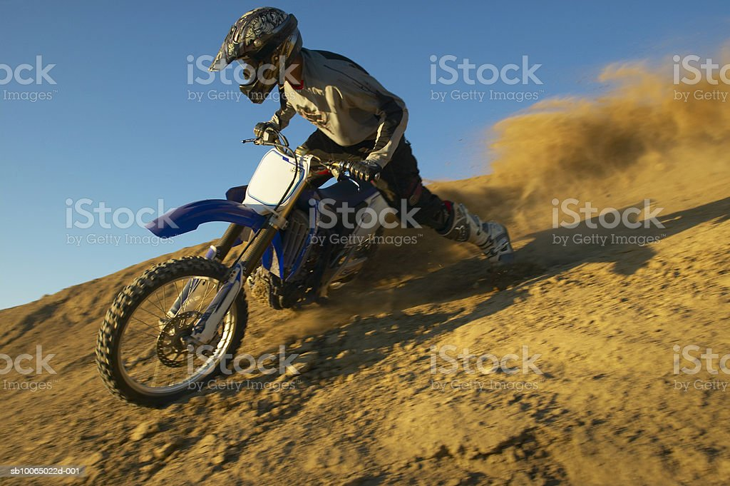 Man motocross riding in desert terrain photo libre de droits