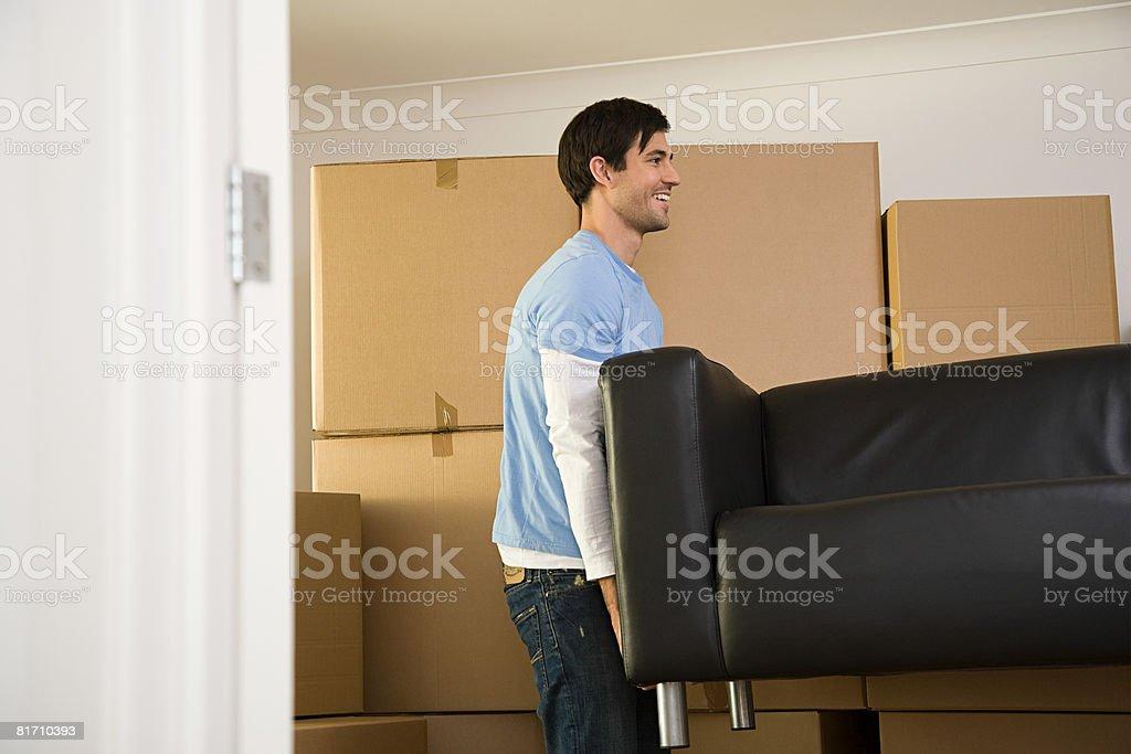 Mann bewegen sofa Lizenzfreies stock-foto