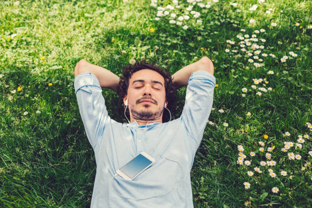 homme, faire la sieste dans l'herbe - se reposer photos et images de collection