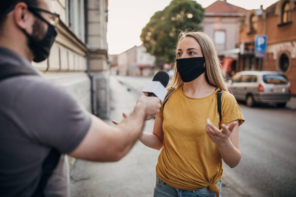 journaliste de nouvelles d'homme interviewant une femme dans la rue - interview photos et images de collection