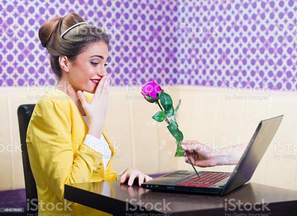 Hombre con rose de una hermosa mujer en la pantalla del ordenador portátil foto de stock libre de derechos