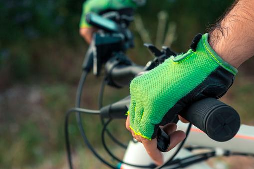 Hombre En Una Bicicleta Foto de stock y más banco de imágenes de Actividades recreativas