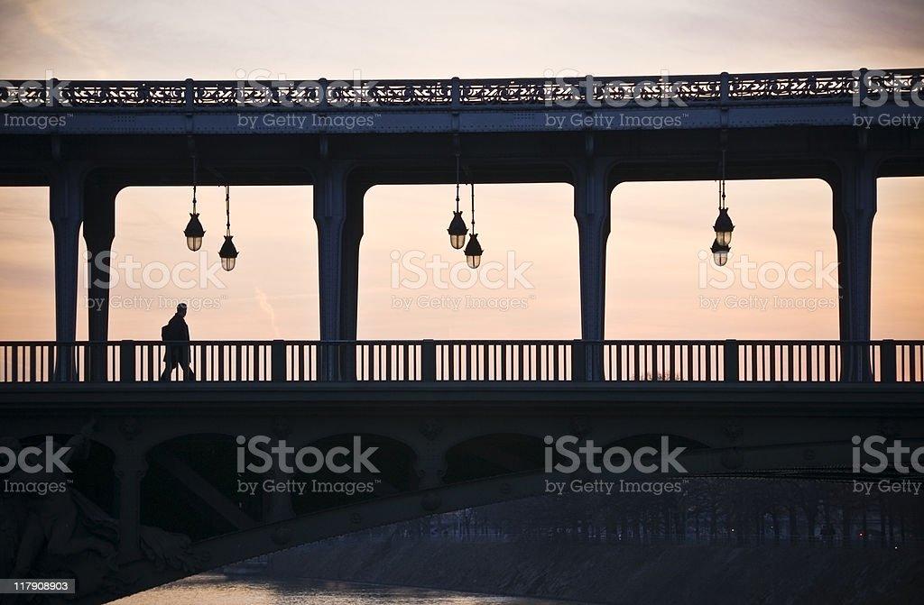 Homme sur un pont - Photo