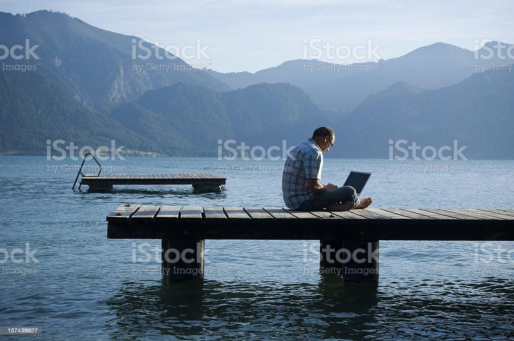 Mann Arbeiten im Freien auf einer Mole Lizenzfreies stock-foto