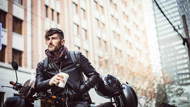 mann auf motorrad - motorrad männer stock-fotos und bilder