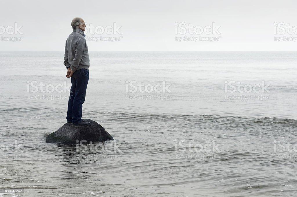Mann auf einem Felsen - Lizenzfrei Abgeschiedenheit Stock-Foto