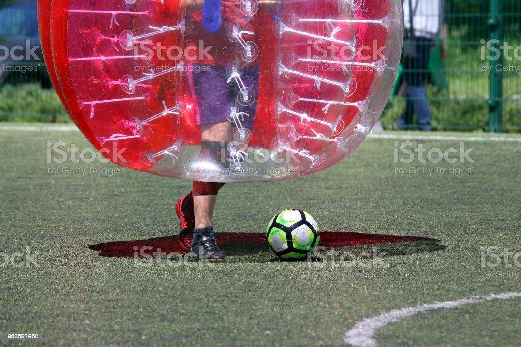 homem em um campo de esportes, jogando na bola para-choque - foto de acervo
