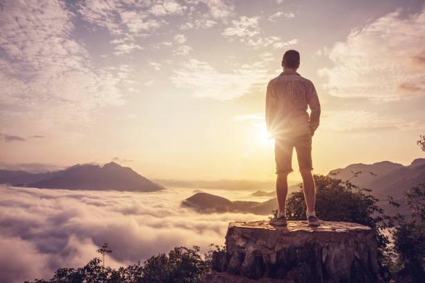 구름 위에 정상에 남자 - mountain top 뉴스 사진 이미지