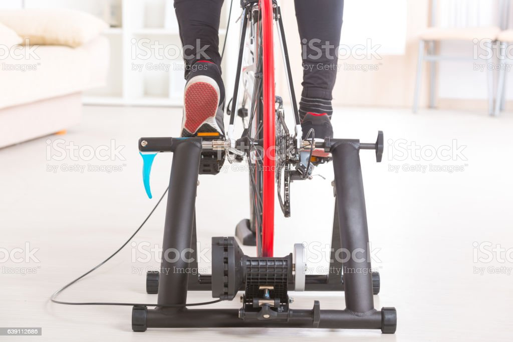 Man on bicycle trainer – Foto
