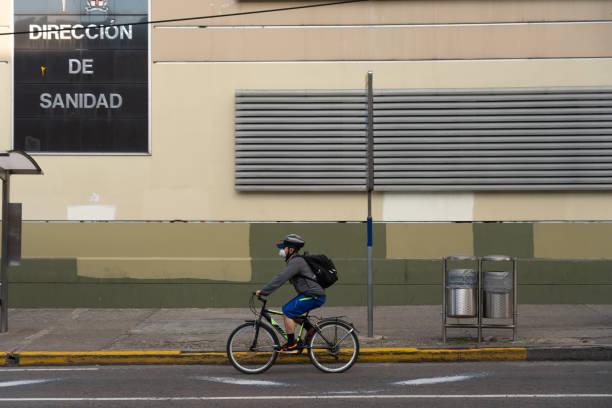 Mann auf dem Fahrrad mit Gesichtsmaske als Maß für den Schutz gegen Coronavirus, Bogoté. Kolumbien. – Foto