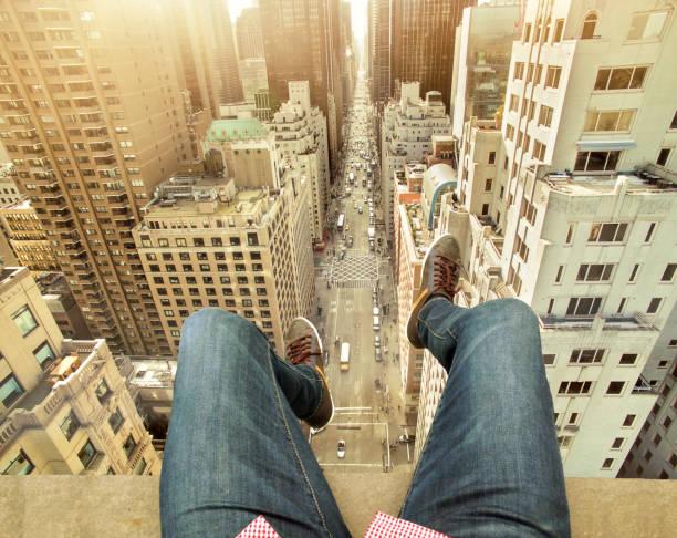 man on building terrace di atas kota new york - traveler new york potret stok, foto, & gambar bebas royalti
