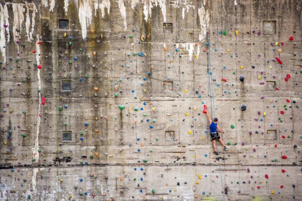 mann auf klettern wand, deutschland, europa - fitness herausforderung stock-fotos und bilder