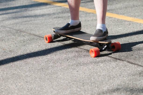 Mann auf elektrischem Skateboard – Foto