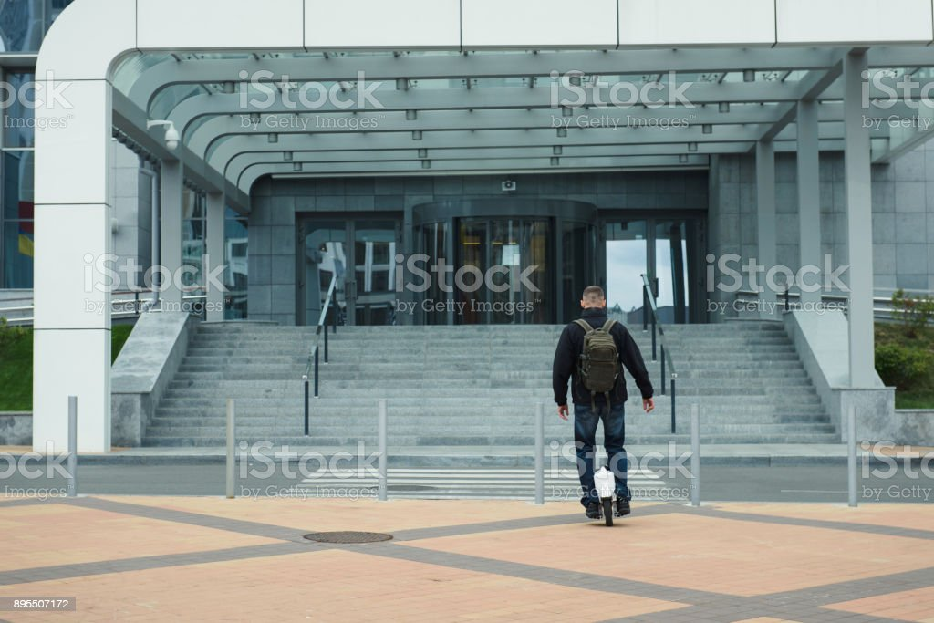 Homme sur monocycle électronique circulant librement dans la ville - Photo
