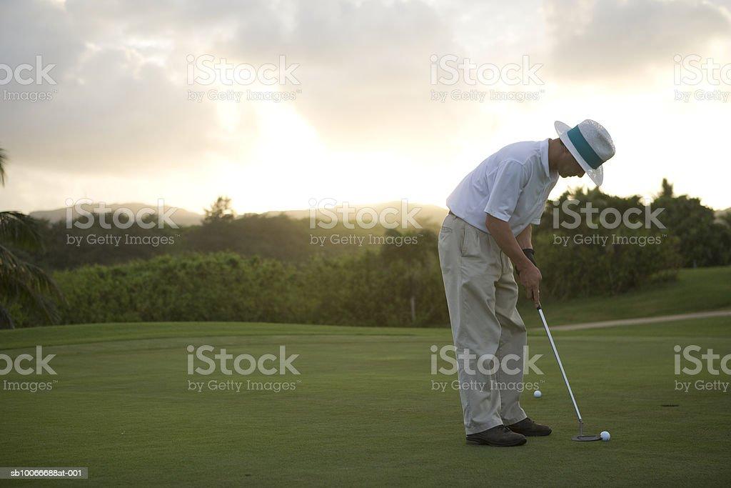 Mann auf Golfplatz golf spielen Lizenzfreies stock-foto