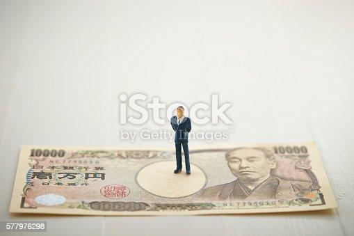 istock Man on Japanese yen bill 577976298