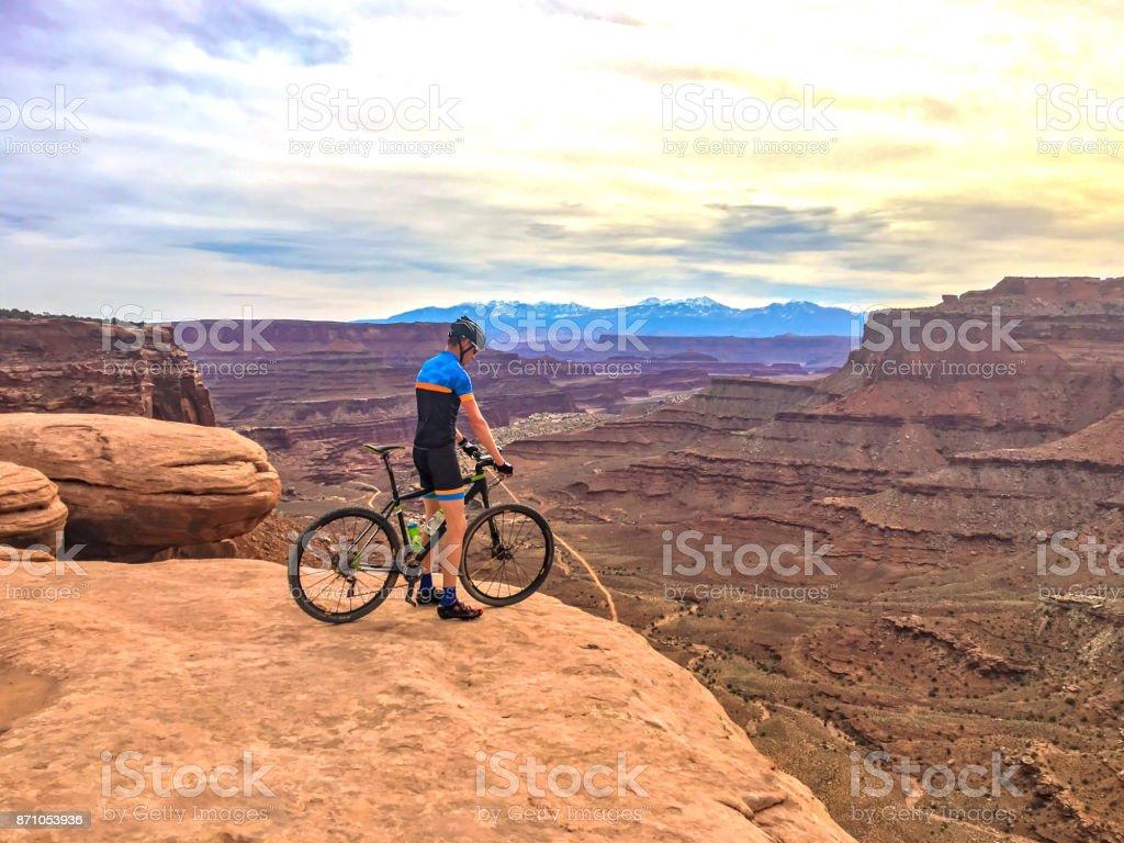 Man op de mountainbike op de rand van de klif - Royalty-free Aan de kant van Stockfoto