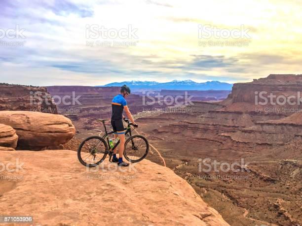 Man Op De Mountainbike Op De Rand Van De Klif Stockfoto en meer beelden van Aan de kant van