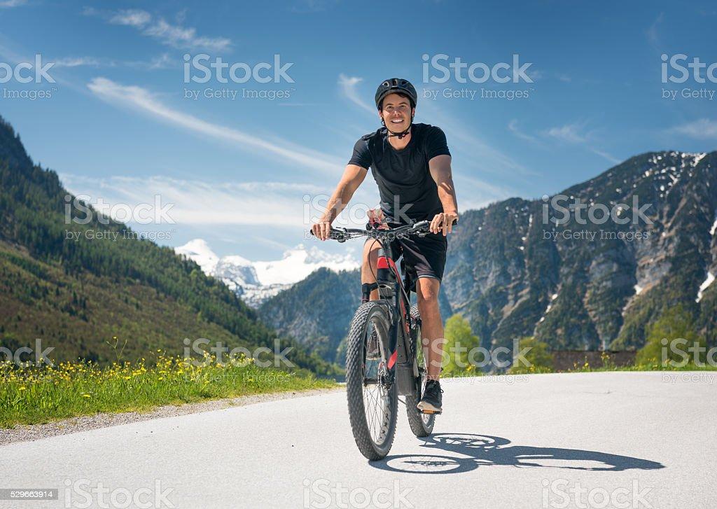 Hombre en bicicleta de montaña, Austria alpes - foto de stock