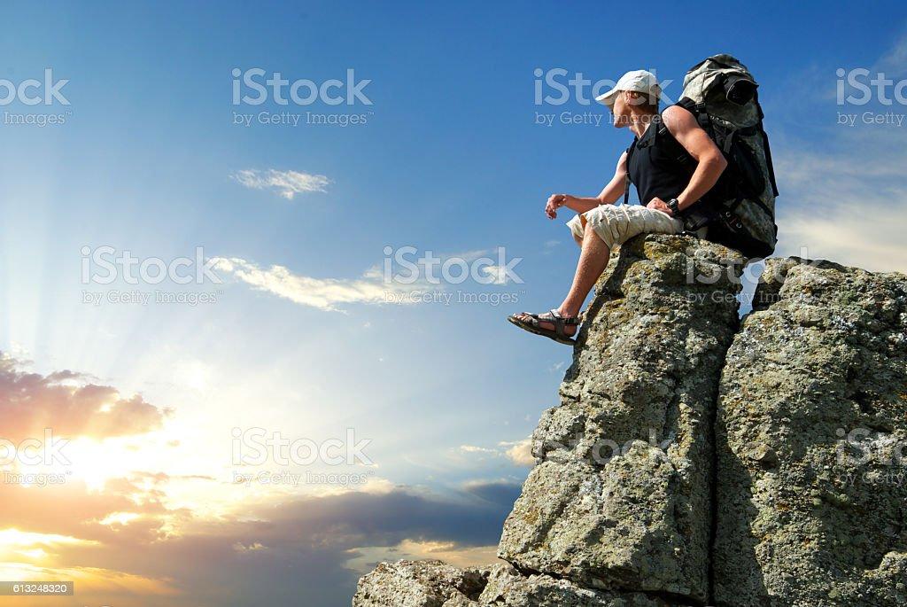 Homem no pico da montanha - foto de acervo