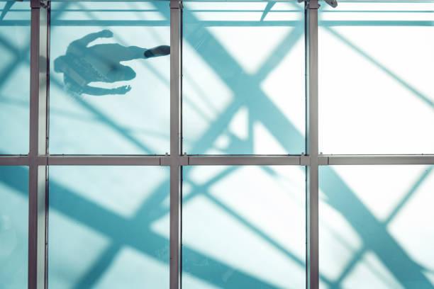 Mann auf Fußgänger Glasbrücke – Foto
