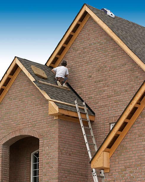 Mann auf dem Dach – Foto