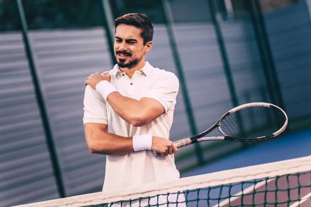 テニスコートの男。 - 肩 ストックフォトと画像