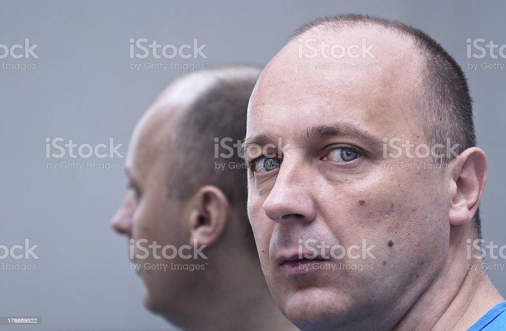 Uomo sul mirror - foto stock