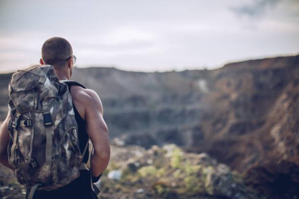 mann auf die berge - militärisches training stock-fotos und bilder