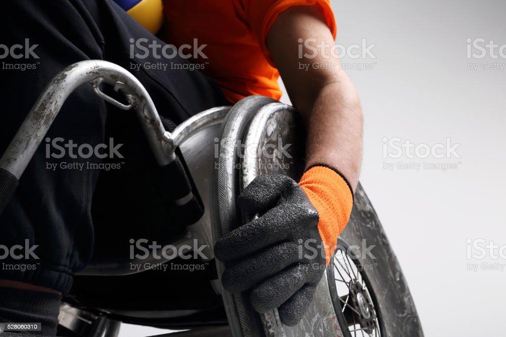 Hombre en el deportes para silla de ruedas - foto de stock