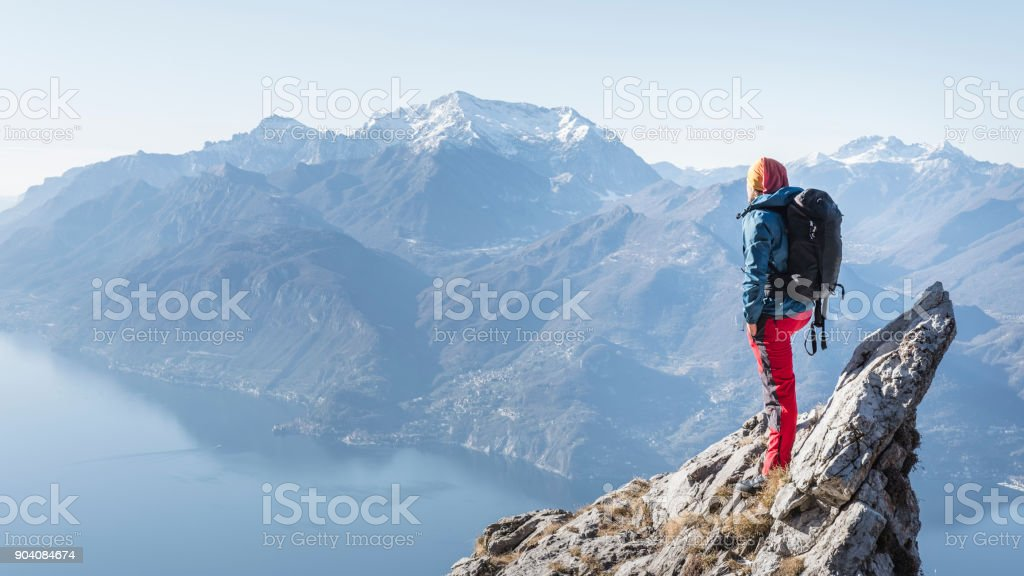Mann oben auf der Bergspitze – Foto
