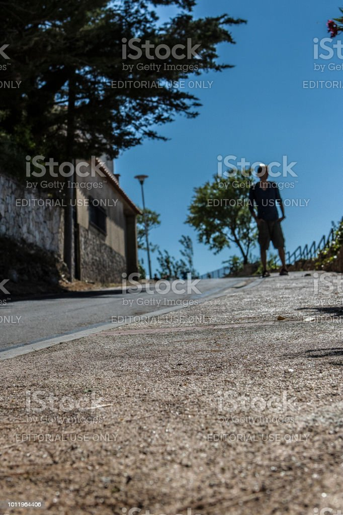 Hombre encima de la carretera - foto de stock