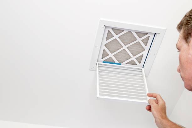 mann öffnete ein ventil, ein verschmutzter filter - luftfilter stock-fotos und bilder