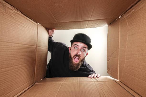 Man opening box - foto stock