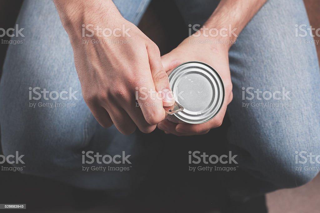 Hombre la apertura de la lata - foto de stock