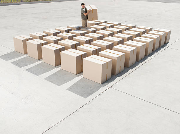Man organizing boxes outdoors  samenwerking stock pictures, royalty-free photos & images