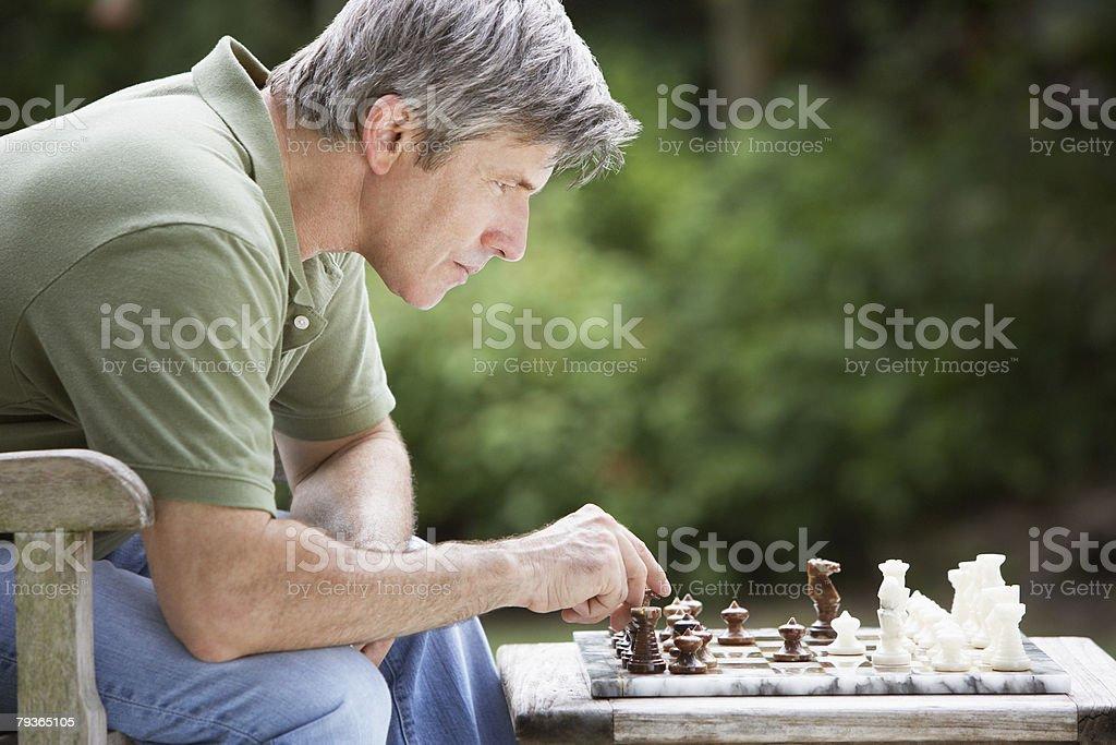 남자가 야외에서 체스 royalty-free 스톡 사진