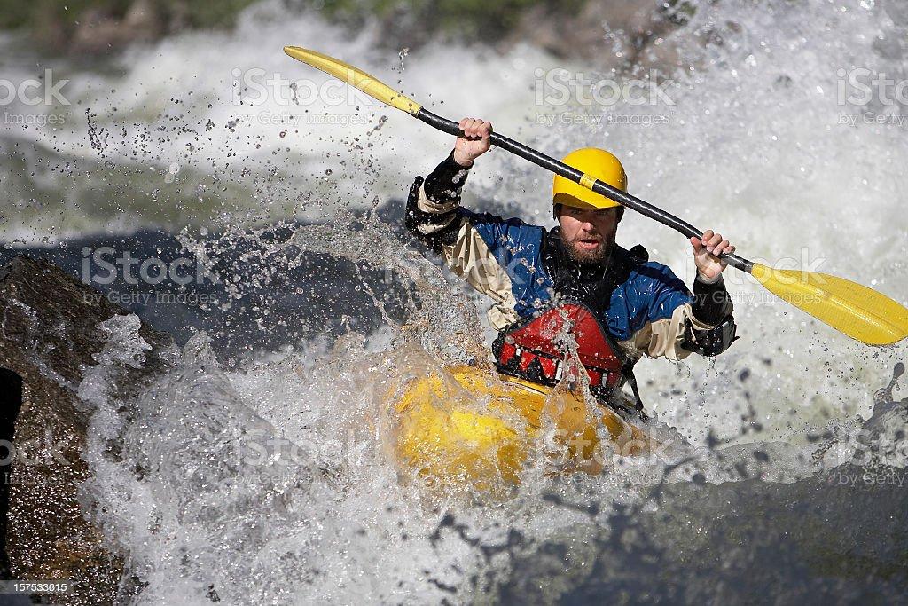 Hombre de remo un blanco de agua en Kayak en Idaho río. - foto de stock