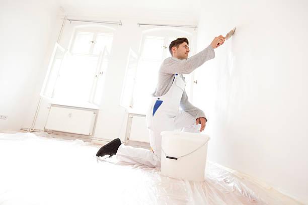 Mann Gemälde ein Apartment – Foto
