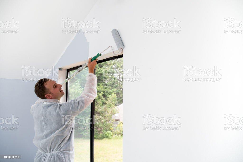Mann Malerei Interieur mit Walze – Foto